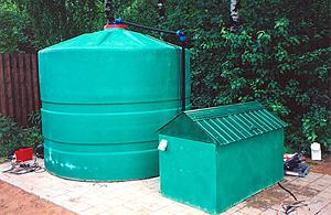 Основа любой современной системы садового полива - накопительный бак и насосное оборудование.
