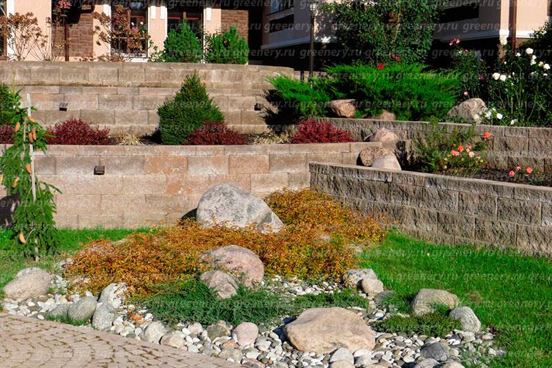 Подпорная стена из бетоных цветочниц